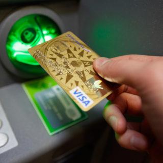 Банки-партнеры Сбербанка – где можно без комиссии снять деньги с карты